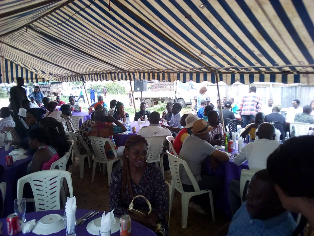 Sylvie Kotha honore Eloi Ndzondo à la baie de cochon!
