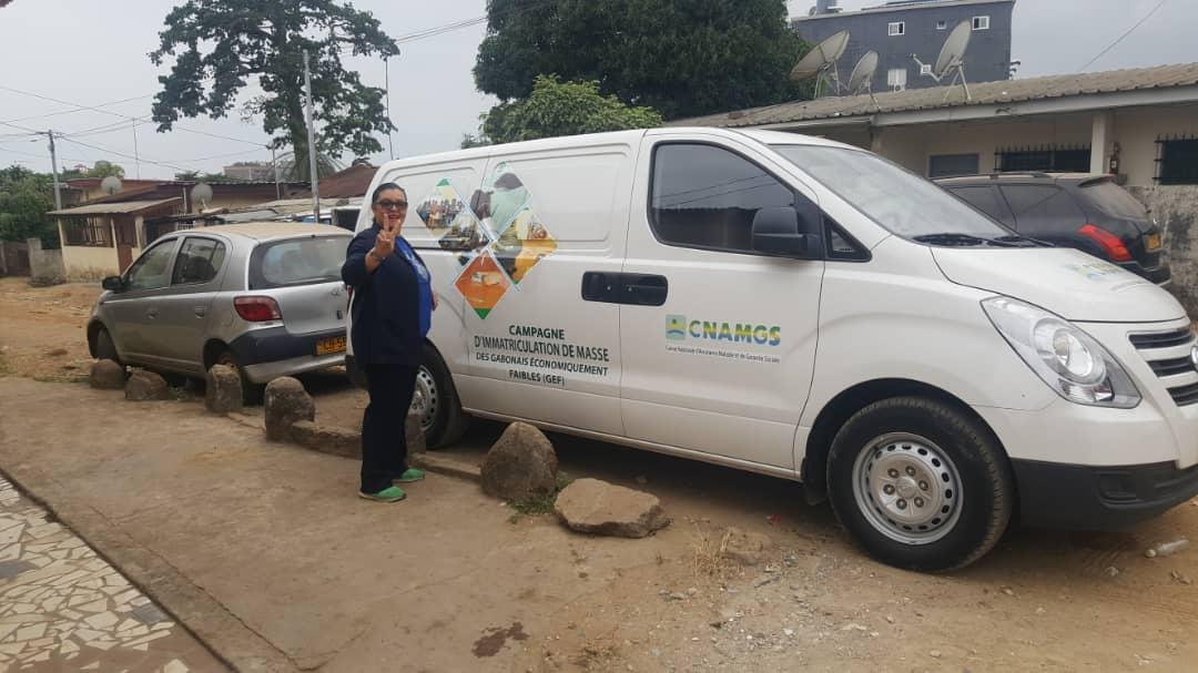 L'honorable Sylvie Kotha en campagne d'immatriculation au coté de la CNAMGS dans sa circonscription électorale.