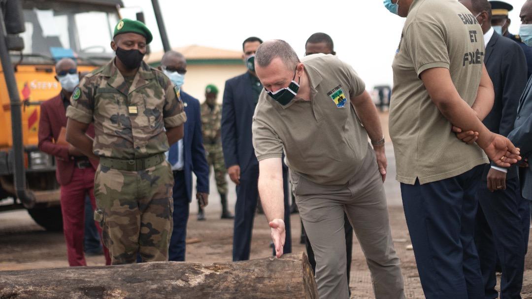 Lee White en visite à la brigade des eaux et forêts de Ntoum !