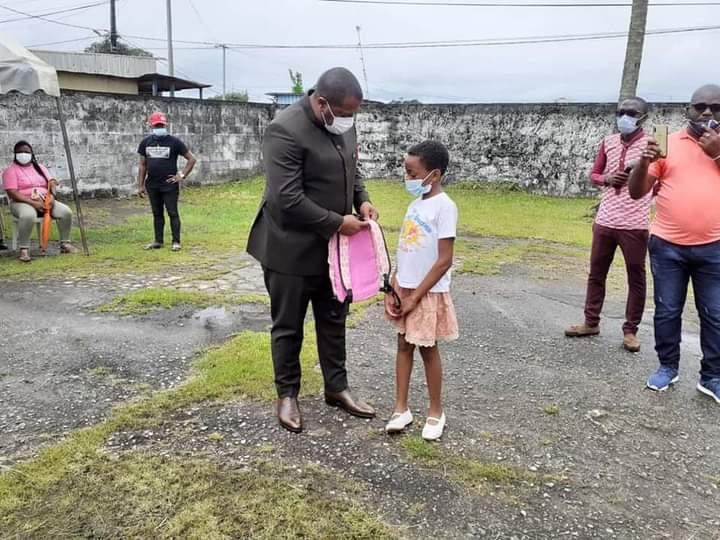 4 eme arrondissement/Rentrée scolaire : l'honorable Séverin pierre NDONG EkOMI a offert des kits scolaires à 2000 enfants!