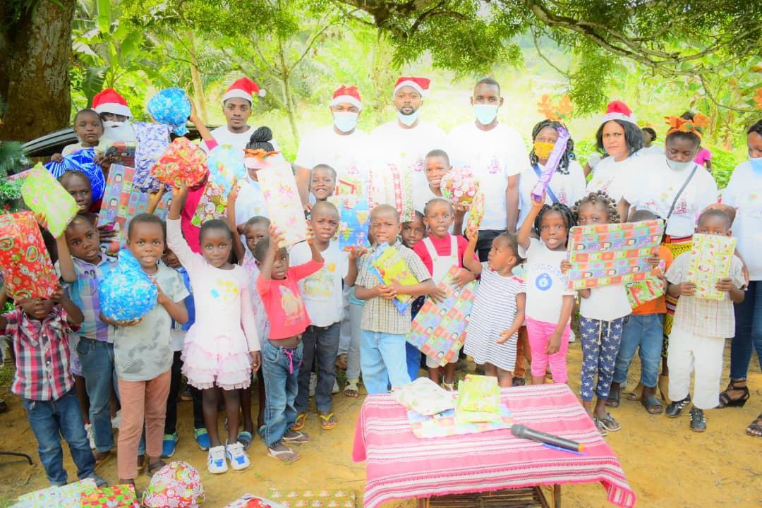 Léon Armel Bounda Balonzi offre un Noël joyeux aux enfants de Fougamou !
