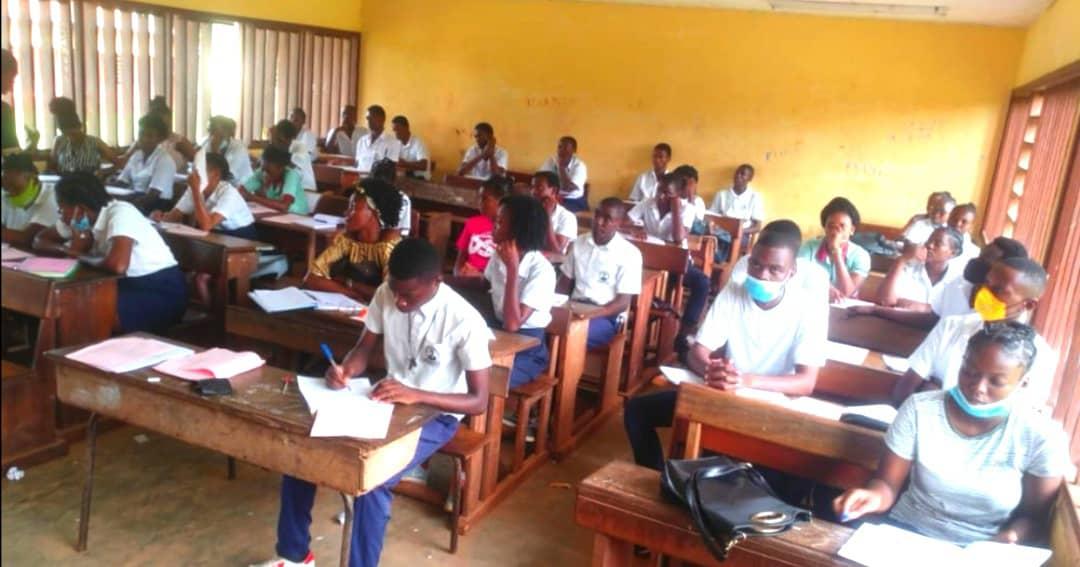Edgard Anicet Mboumbou Miyakou offre des cours de soutien au profit des élèves en classe d'examen de la Nyanga