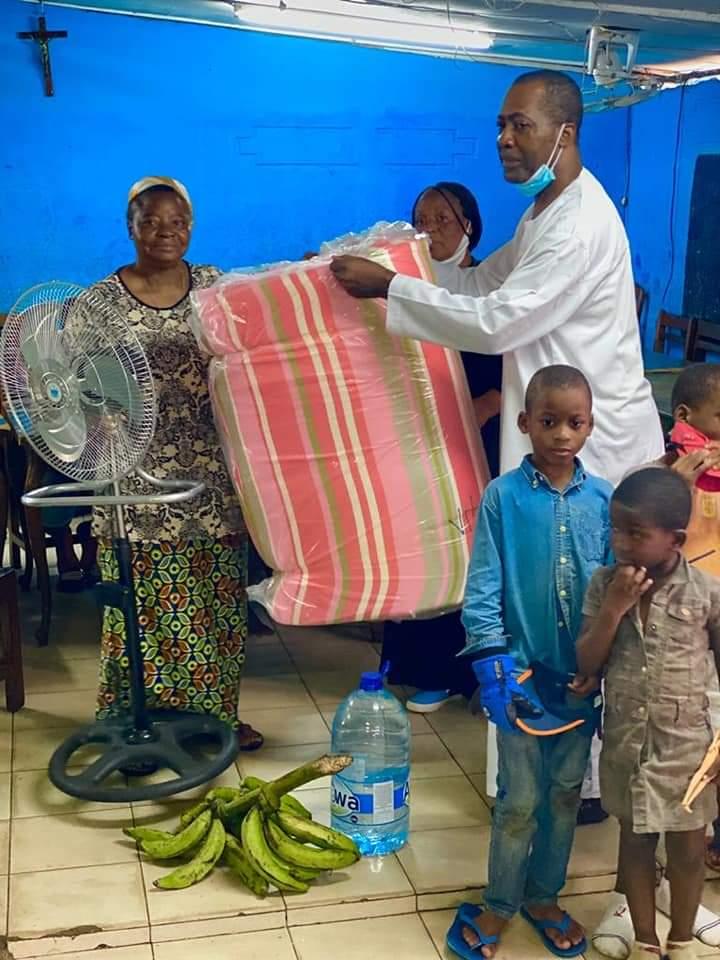 La fondation Oyono Constant pour l'éducation, la formation, la culture et l'entrepreneuriat apporte son soutien au centre d'accueil SOS Mwanas, à belle vue 1.