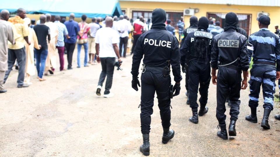 Gabon: des policiers, armés jusqu'aux dents tentent d'extraire de prison un commandant de police.