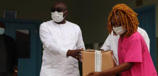 Léon Armel Bounda Balonzi offre des médicaments au centre de santé de Fougamou !