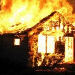 Kango: un vigile s'enfuit après avoir mis le feu à la maison de son patron