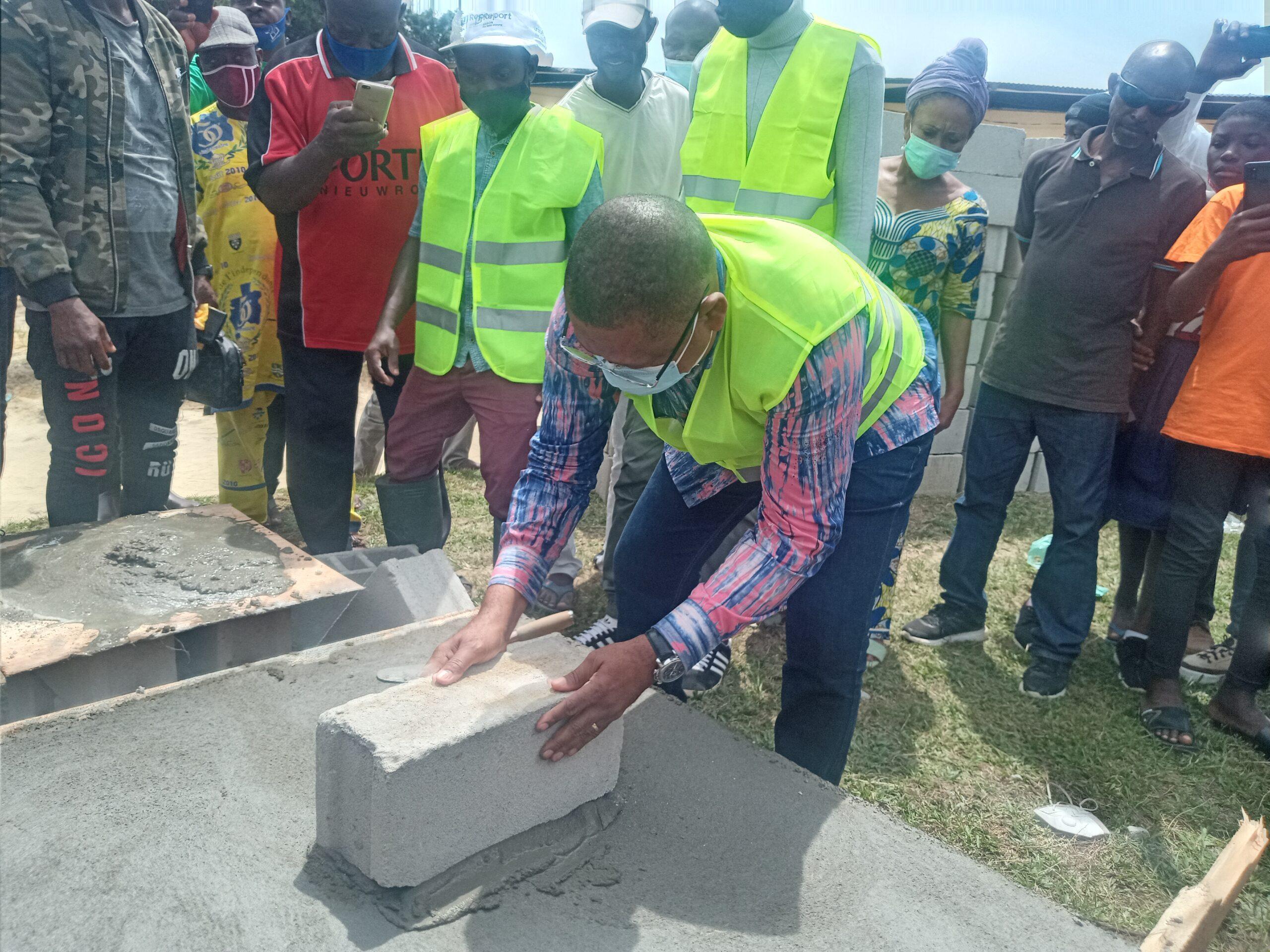Ecole publique du Cap Esterias : Jean Marie Ogandaga s'investit pour la construction de deux logements des enseignants !