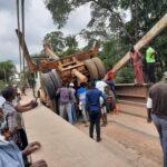 Une grue glisse légèrement d'un camion : route bloquée sur le pont Ebel – Abanga