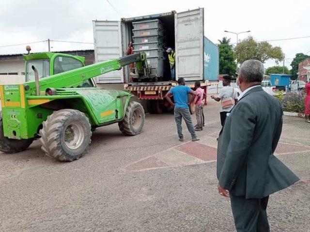Gabon: le maire de Port-Gentil réceptionne 120 bacs à ordures offert par la ville de Thouars