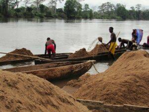 Gabon,: l'extraction du sable à Lebamba, un boulot de la saison sèche